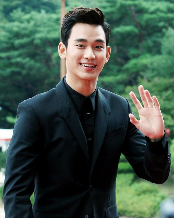 Kim_Soo-hyun_at_the_Seoul_Drama_Awards,_4_September_2014_02.JPG
